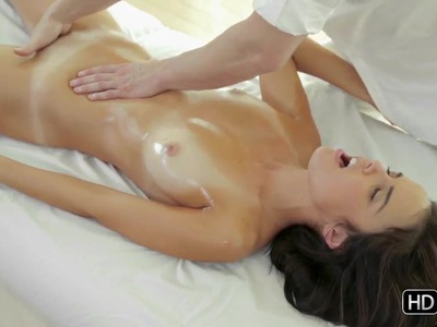 The dirty masseur warms his pretty client up