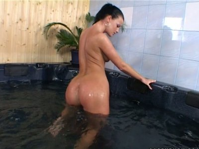 Amateur brunette Juditta diddles her pussy in the bath tub