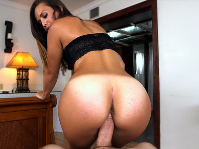 Kelsi Monroe shaking that juicy ass while on top of him
