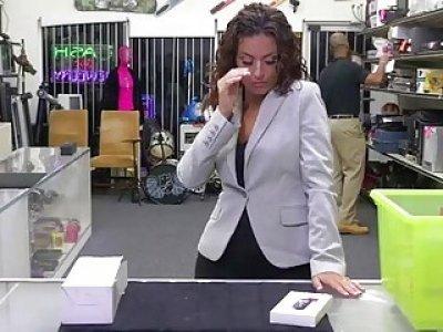 Desperate babe Victoria exposed her bubble butt and sucks a cock