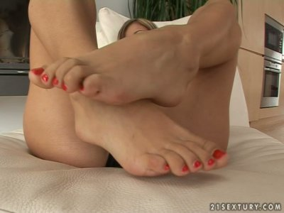 Melisa Mendiny demonstrates her neat feet and rubs her pussy